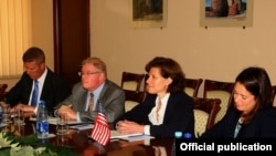 Armenia - Anne Witkowsky (second from right), a U.S. deputy assistant secretary of defense, at a meeting with Armenian Defense Minister Seyran Ohanian, Yerevan, 5Oct2015.