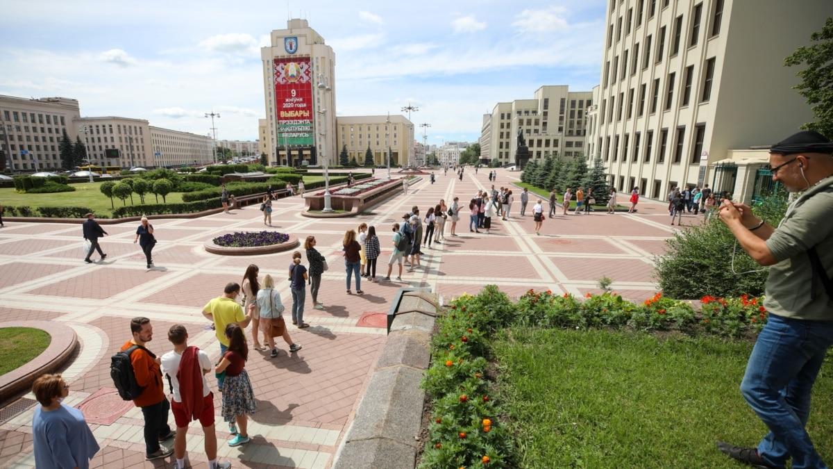 Беларусь: у ЦИК собралась длинная очередь жалобщиков на нерегистрацию Бабарыка и Цепкало