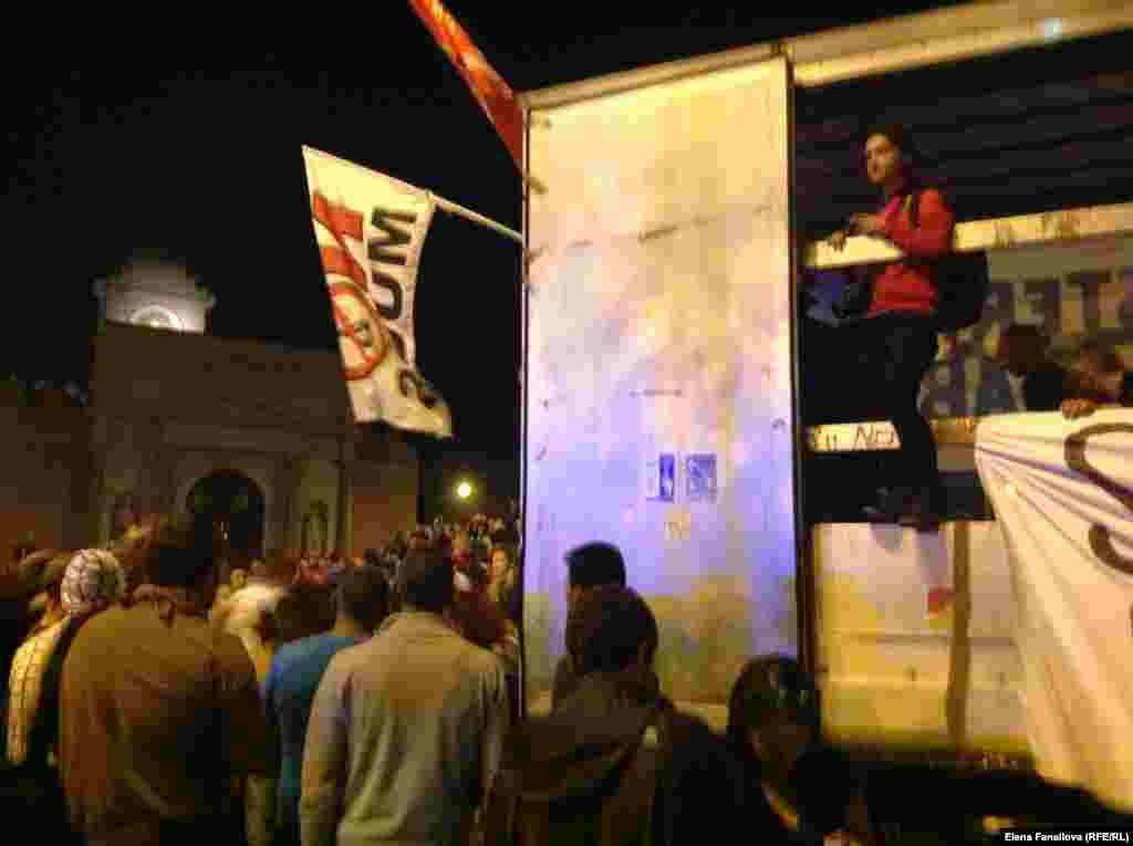 """Из этого фургона скандировали антиправительственные лозунги, оповещали о еде, принесенной жителями """"оккупированных"""" домов, транслировали музыку"""