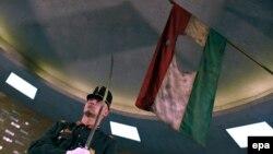 Будапешт. Почетный караул возле венгерского флага во время мероприятия в память жертв событий 1956 года