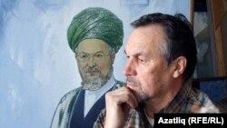 Вәкил Шәйхетдинов үзе ясаган Тәлгать Таҗетдин портреты янында