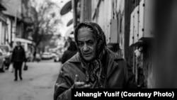 Bakı, Sovetski, məhəlləsində yaşlı qadın, foto Jahangir Yusif, 01 yanvar 2013
