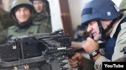 Окупований Донецьк, 30 жовтня 2014 року. Російський актор Михайло Пореченков стріляв з кулемета і цілився в напрямку, де тримали оборону сили АТО