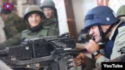 Російський актор Михайло Пореченков стріляє з кулемета в бік Донецького аеропорту, 30 жовтня