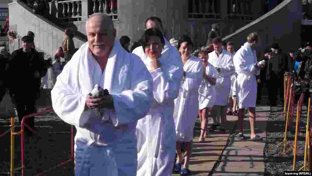 Співробітники готелю «Брістоль», за традицією, відпустили в небо голубів як символ Богоявлення