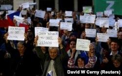 Акція протесту проти президента Чехії Мілоша Земана з вимогою піти у відставку. Учасники акції тримають плакати: «Чеська Республіка – не Земан». Прага, 17 жовтня 2017 рок