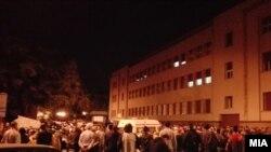 Тазоҳургарон дар назди бинои порлумони Македония. 29 апрели соли 2027