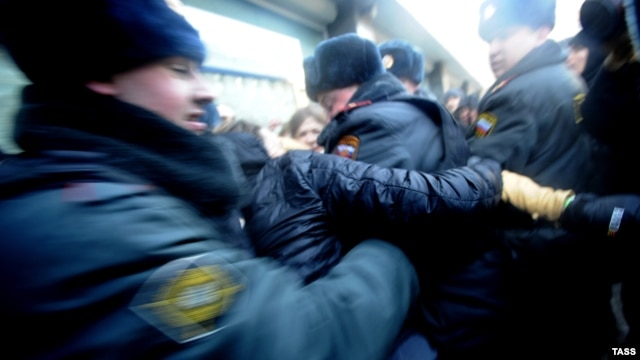 Задержание сотрудниками полиции участников драки между сторонниками и противниками закона о запрете пропаганды гомосексуализма