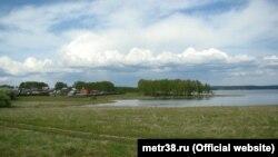Вид на деревню Новогрудинина у Иркутского водохранилища