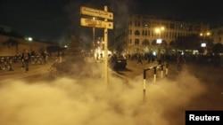 Polis prezident sarayı ətrafında etirazçılara qarşı gözyaşardıcı qazdan istifadə edir, 4 dekabr