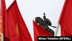 Борбордук аянттагы Манастын эстелиги жана Кыргыз туусу. Бишкек, 4-март, 2013.