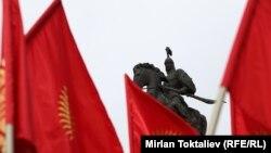 Мамлекеттик туу күнүндө желбиреген желектер. Ала-Тоо аянты, Бишкек, 4-март, 2013.