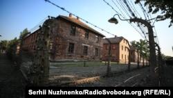 На території колишнього нацистського концтабору Аушвіц-Біркенау біля міста Освенцима (Польща) тепер діє музей