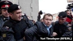 Николая Алексеева задерживают во время несанкционированной акции у мэрии Москвы, 21 сентября 2010