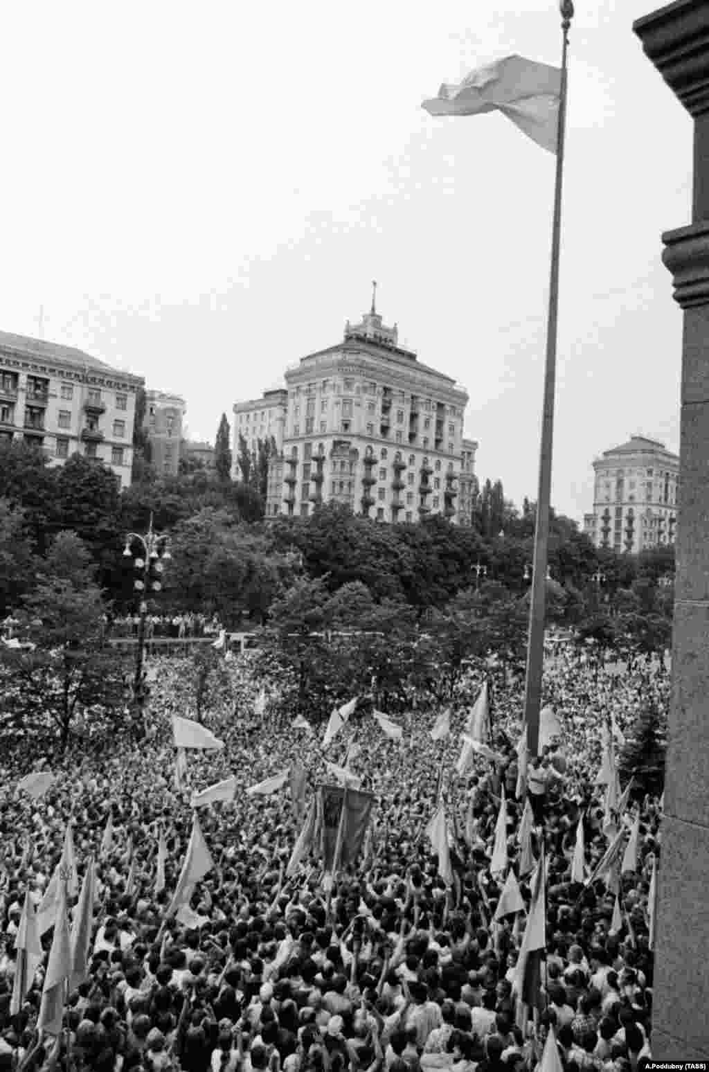 АРХІВНЕ ФОТО.Підняття українського національного прапора на прапорній щоглі біля будинку Київської міської ради на Хрещатику. Київ, 24 липня 1990 року