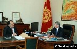 Президент Кыргызстана Алмазбек Атамбаев (справа) и председатель Конституционной палаты Верховного суда Эркинбек Мамыров. Бишкек, 23 ноября 2016 года.