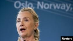 Гілларі Клінтон виступає на прес-конференції в Осло 1 червня 2012 року