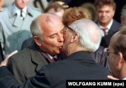 Mihail Gorbaciov și Erich Honecker, 6 octombrie 1989