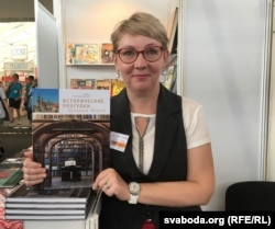 Журналістка Інэса Плескачэўская прадставіла на кірмашы сваю кнігу пра падарожжы па мясьцінах Францішка Скарыны