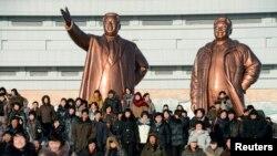 Şimali Koreyanın banisi Kim Il-sung və mərhum lider Kim Jong-il-in Pxenyanda heykəlləri