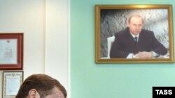 В процедуре выдвижения Медведева не было даже намека на внутрипартийную конкуренцию, говорят западные эксперты