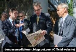 Олексій Мацука, ведучий програми «Донбас. Реалії» (ліворуч) та посол США в Україні Джеффрі Пайєтт (посередині) під час #DonbasMediaForum