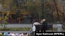 Пожилые люди торгуют на блошином рынке в Алматы. 27 октября 2019 года.