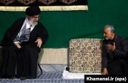 خوشوبش علی خامنهای با قاسم سلیمانی در یک مراسم مذهبی، اسفند ۱۳۹۳