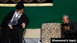 Верховный лидер Ирана аятолла Хаменеи и командир стражей Иранской революции генерал Кассем Сулеймани во время религиозной церемонии в Тегеране