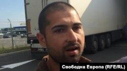 Осъденият ефективно Атанас Михов миг преди да избие телефона от ръката на пострадалия Иво Дошев.