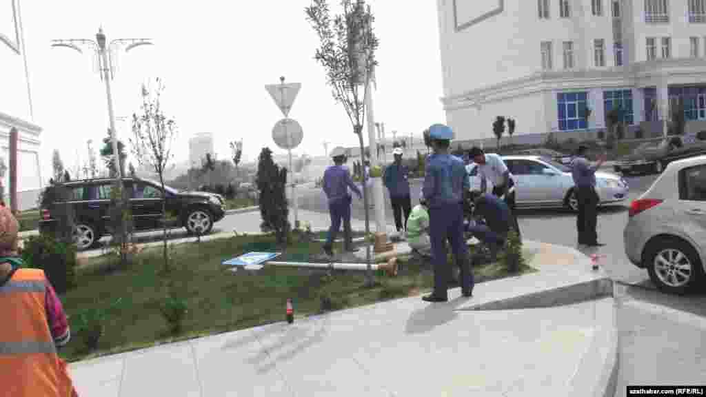 Aşgabadyň köçeleriniň birinde bolan ýol heläkçiligi zerarly üýşen polisiýa işgärleri we ýaşaýjylar.