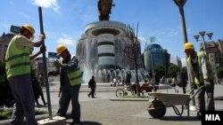 Архивска фотографија - Градежни работници работат на плоштадот во центарот на Скопје.