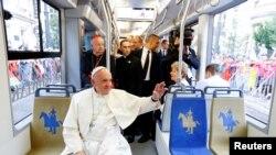 На сустрэчу з моладзьдзю Папа Францішак ехаў трамваем