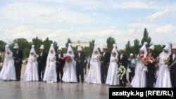 Бишкекте 2011-жылдын 7-майында 20 түгөйдүн тою бир күндө өткөн.