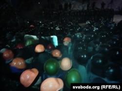 Manifestanţii rispostează intervenţiei trupelor speciale, în noaptea de 11 decembrie
