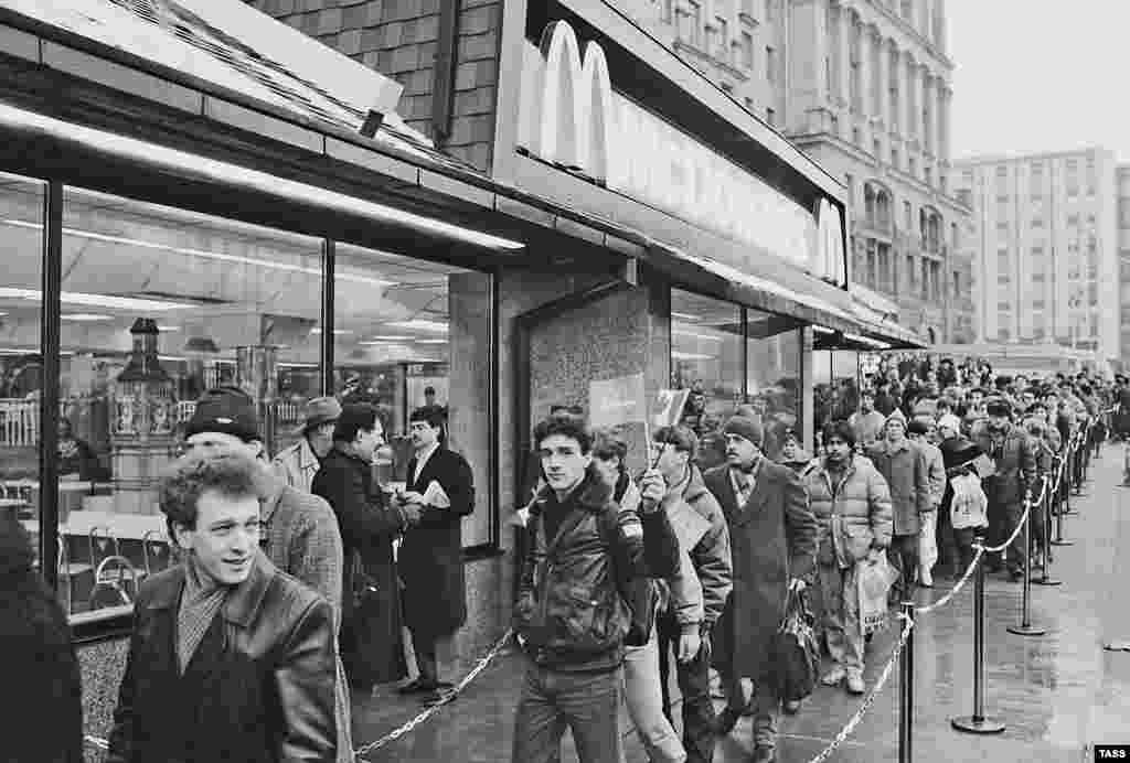 Muscovites were undeterred by the high prices at the new restaurant. Back in 1990, a Big Mac cost 3.50 rubles, more than a monthly bus pass. (The average monthly salary at the time was 150 rubles)