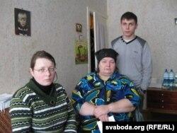 Ніна Жызьнеўская з дачкою Наташай і ўнукам Паўлам