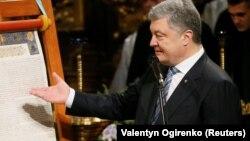 Президент Петро Порошенко виступає з промовою, вказуючи на томос у Софійському соборі в Києві 7 січня 2019 року