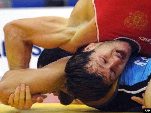 دنیس سارگوش روس (دوبنده قرمز) این بار در راه کسب مدال طلا سد راه صادق گودرزی (دوبنده آبی) شد