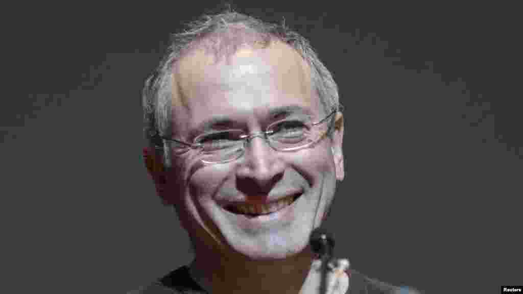 """Швейцария ресейлік бұрынғы олигарх Михаил Ходорковскийге бір жыл уақытша тұруға рұқсат берді.Швейцария миграциялық полициясының өкілінің айтуынша, Ходорковский Швейцарияда тұруды жоспарламаса да, елде тұруға рұқсат оған """"қоғамдық мүдде"""" негізінде берілген.Санкт-Галлен кантоны басшылығы Ходорковскийге рұқсатты оның Швейцарияда тұрғаны үшін """"ел бюджетіне құятын салығын ескеріп"""" бергенін айтады."""