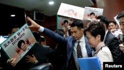 Udhëheqësja e Hong Kongut, Carrie Lam pas arritjes në Parlament.