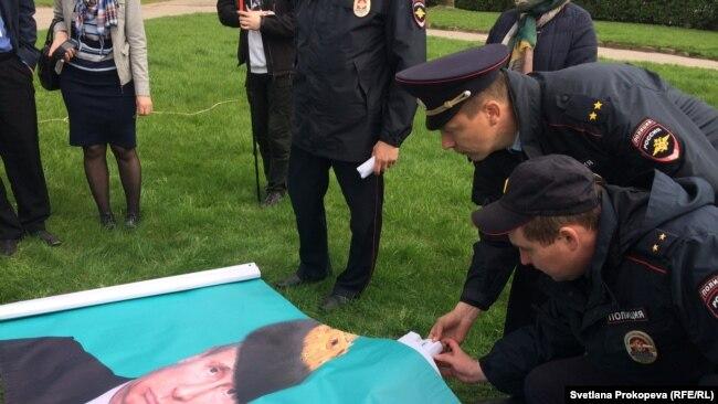 Полицейские конфискуют баннер на акции протеста в Пскове