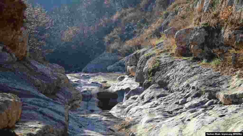 У деяких місцях скелі каньйону сходяться дуже близько