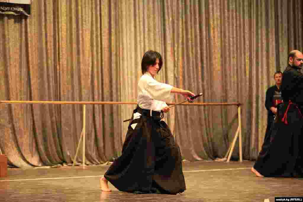 Кендо - современное боевое искусство японского фехтования на бамбуковых мечах, происходящее от древних японских техник владения мечом.