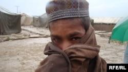 Ооганстандын өзүндө үй-жайсыз калган бала, Кабул, ноябр, 2009-жыл.