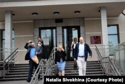 Адвокат Максим Камакин (справа), Эдуард Никитин и его мама