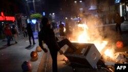Türkiýede korrupsiýa garşy protest çykyşy, Stambul.