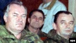 С каждым днем на свободе остается все меньше сторонников Ратко Младича (слева)