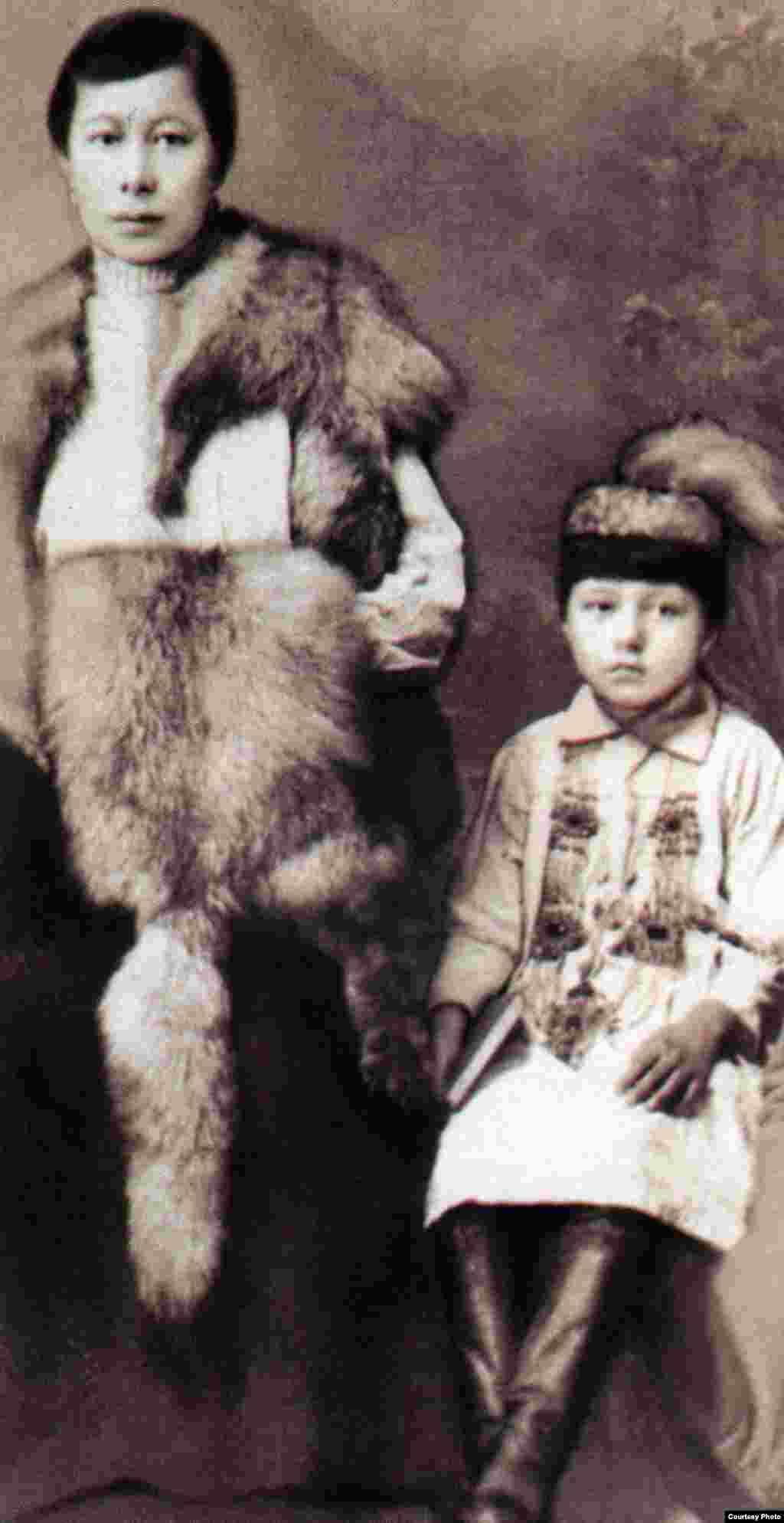 """Ғайнижамал мен Гүлнар Дулатовалар. Орынбор, 1922 жыл. (Сурет """"Шындық шырағы"""" кітабынан алынған)."""