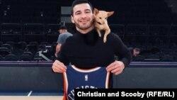 Кристиан Стойнев и кученцето му Скуби